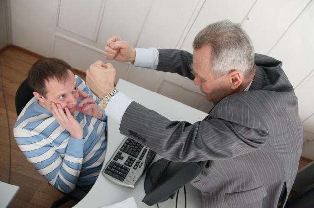 Карнеги предписывает улыбаться начальникам и льстить, не показывая никакой неприязни или агрессии.