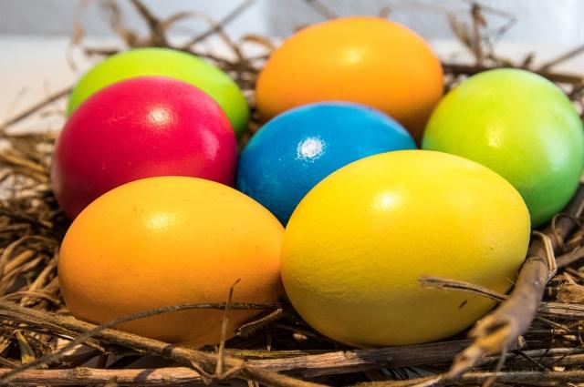 Яйца, покрашенные в куркуме, получаются желтыми, в свекле - розовыми, а в красной капусте - синими.