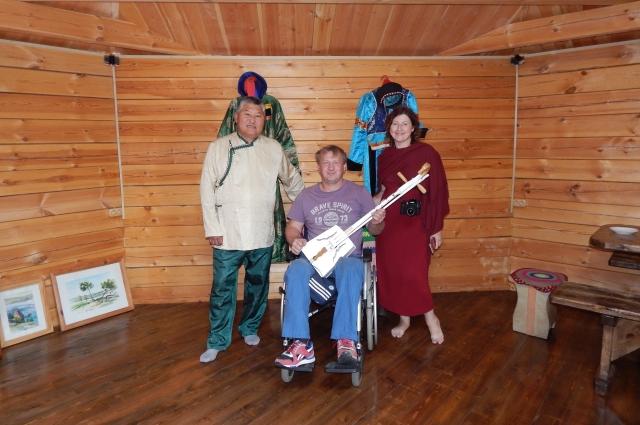 Инвалиды слушали музыку, исполненную на традиционном бурятском инструменте морин-хууре, и учились на нем играть.