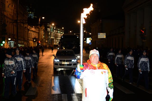 Шаварш Карапетян во время эстафеты Олимпийского огня в Москве, 2013 г.