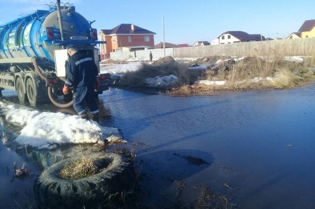 Ембаево. Работы по откачиванию воды.