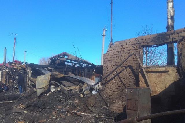 Дом сгорел практически полностью.