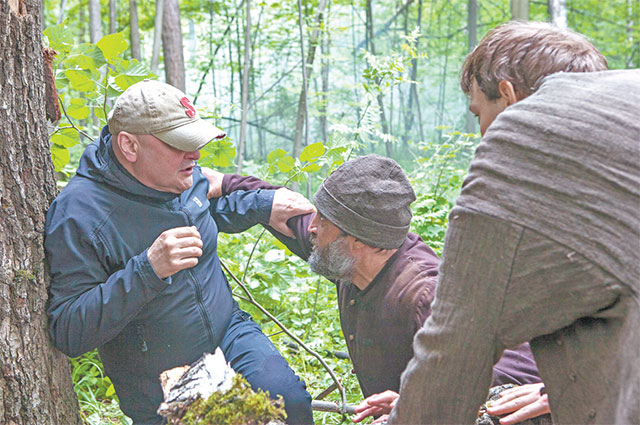Режиссёр-постановщик Сергей Гинзбург репетирует с актёрами Рамилем Сабитовым и Александром Сатейкиным сцену драки.
