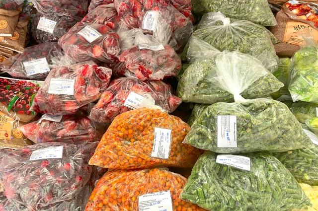 Замороженные продукты расфасовали для удобства и защиты покупателей.