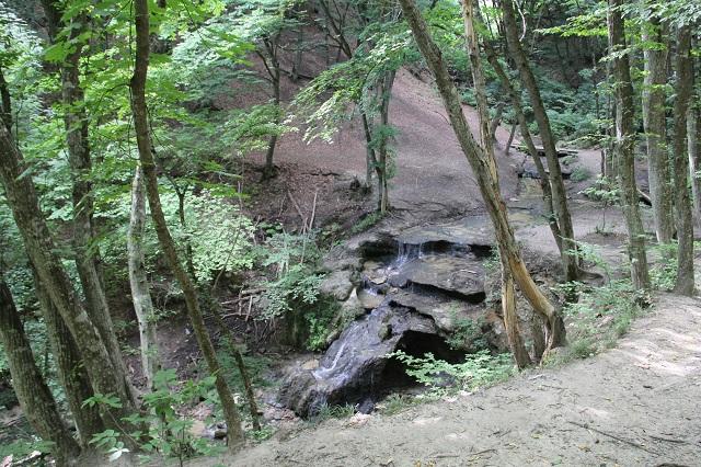 Живописный водопад украшает городище.