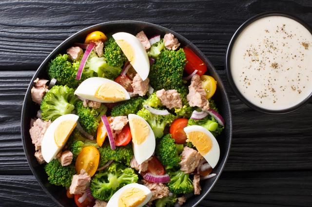 Салат из рыбных консервов с кукурузой