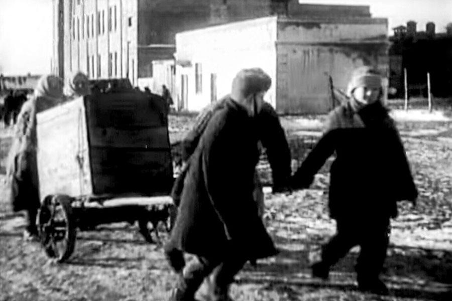 Оставшиеся в живых работники завода, несмотря на холод, взялись за работу.