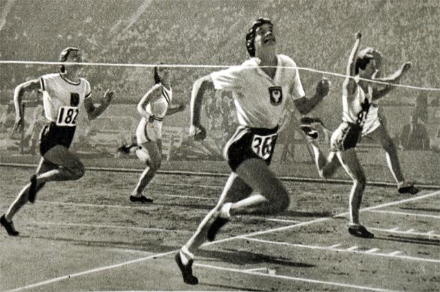 Станислава Валасевич выигрывает забег на 100 метров на Олимпийских играх 1932 г.