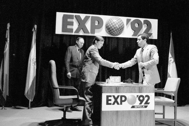 Чемпион мира Анатолий Карпов (слева) обменивается рукопожатием с экс-чемпионом Гарри Каспаровым (справа) перед началом очередной партии в матче за первенство мира по шахматам в театре Лопе де Вега в Севильи
