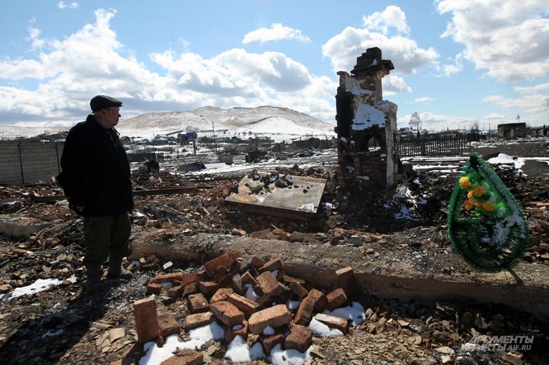 Погорелец посёлка Шира Анатолий Калинин. В этом доме заживо сгорела его жена