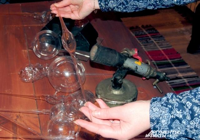 Стеклянная трубка руками мастера превратится в игрушку