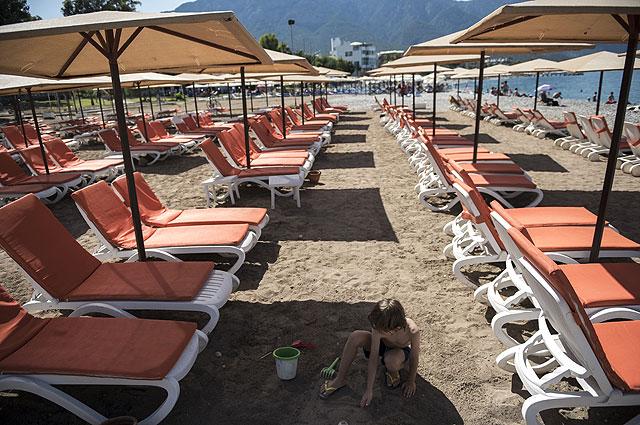 На пляже курорта Кемер в Турции.