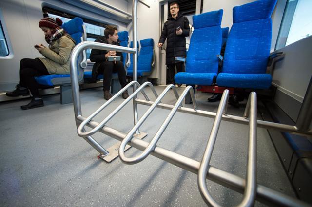 Места для велосипедов в салоне модернизированного электропоезда «Ласточка»