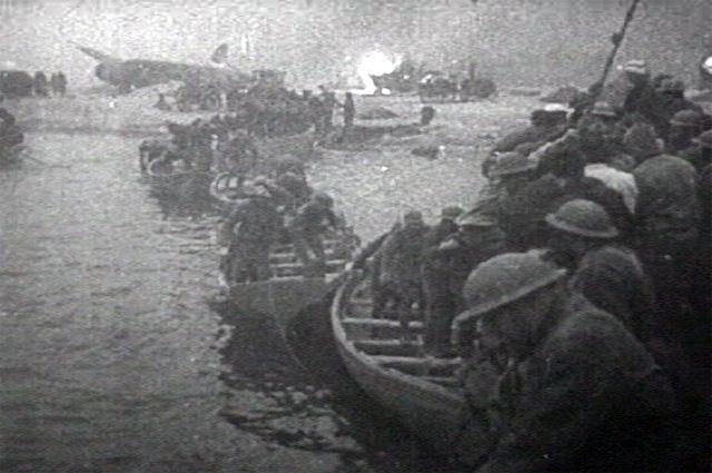Спасательные шлюпки с британскими войсками.