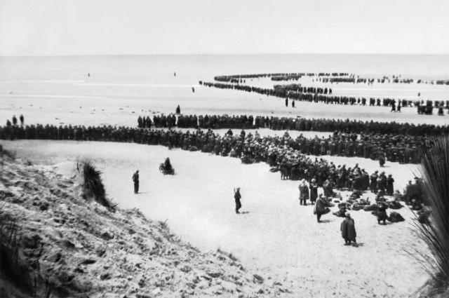 Британские войска выходят на пляж в Дюнкерке, чтобы дождаться эвакуации.