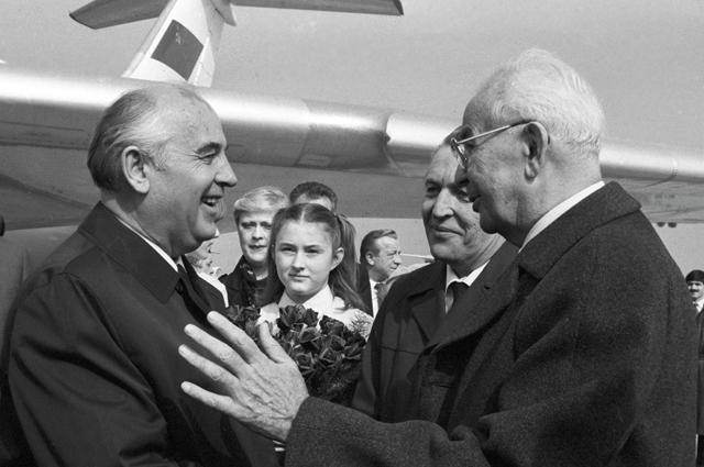 Генеральный секретарь ЦК Коммунистической партии Чехословакии, Президент Чехословацкой ССР Густав Гусак (справа) встречает М. С. Горбачева в аэропорту.