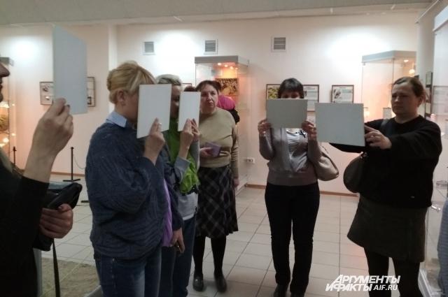 Гости музея рассматривают 3D картинки.