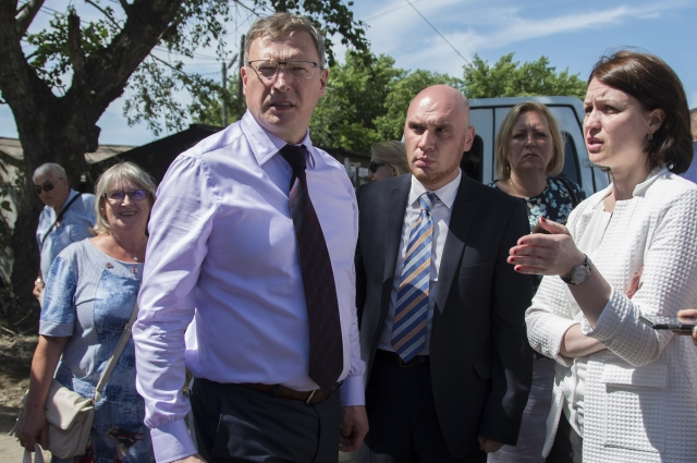 Александр Бурков и Оксана Фадина объезжают административные округи Омска.