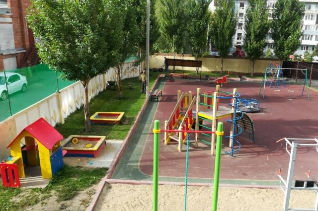 Если площадка в собственности дома, то, как правило, детей из соседних домов на неё не пускают.
