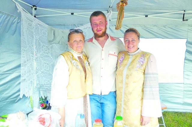 Представители клана Ивановых: Даниил с мамой Ольгой (справа) и крёстной