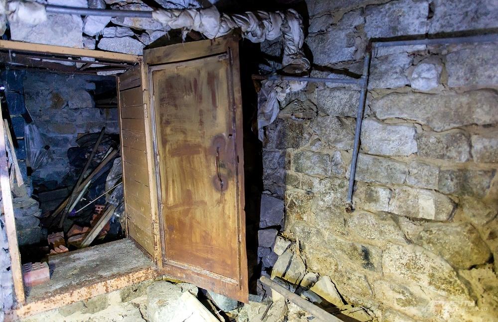 Подвал дома на Салютной, 52 - в ужасном состоянии.