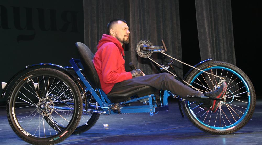 Золотой призёр конкурса Максим Зяблицев презентовал на сцене велосипед собственной сборки.