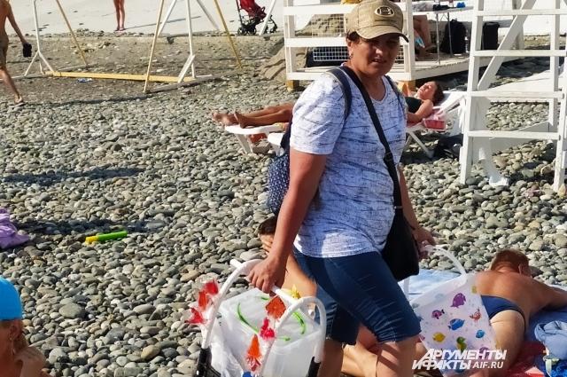 Из сезона в сезон на пляжах предлагают рыбу, кукурузу, пиво, сладости.