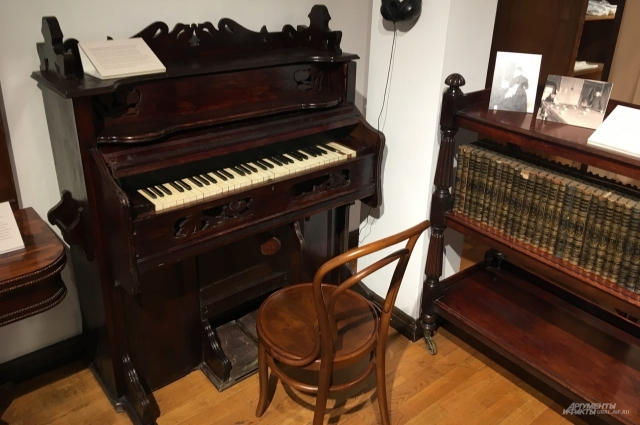 Фрагмент гостиной. Музыкальные инструментыне были редкостью в домах состоятельных екатеринбуржцев более ста лет назад.