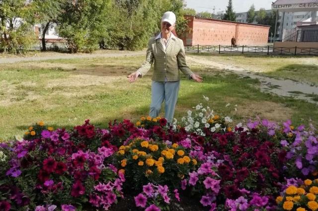 Двор дома, где убирает Любовь Гончаренко, один из самых чистых в округе.