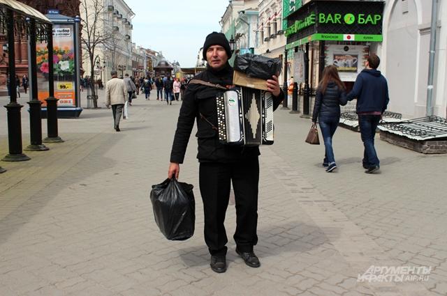 Марат Хузин отправляется домой, чтобы вечером снова выйти на улицу играть