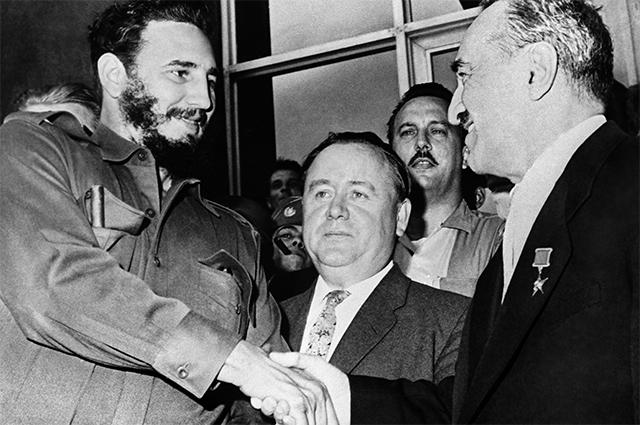 Первый заместитель Председателя Совета Министров СССР Анастас Иванович Микоян (справа) во время своего визита на Кубу в 1960 году встретился с первым секретарем ЦК КП Кубы, премьер-министром революционного правительства Республики Куба Фиделем Кастро.