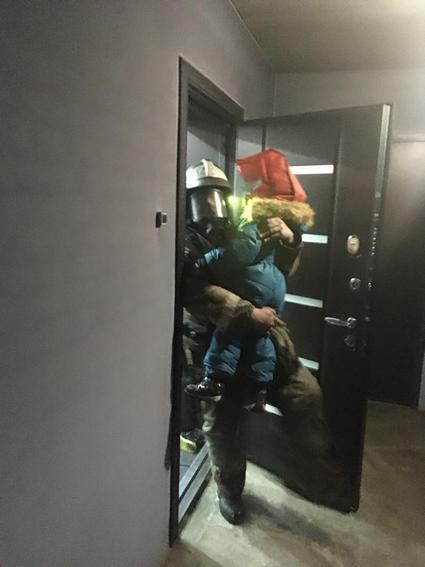 Из пожара эвакуировали 28 человек, в том числе восемь детей