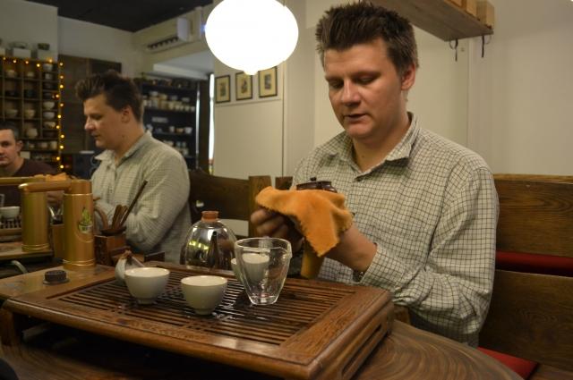 Владимир проводит китайскую чайную церемонию.
