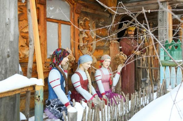 Сказочных персонажей из дерева мастер ваял для своих детей и с их помощью.