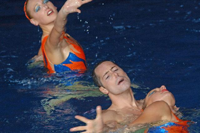 Билл Мэй - звезда синхронного плавания США, единственный мужчина в мире, профессионально занимающийся этим видом спорта в номере с О.Кужелла (США) и Н.Ищенко (Россия)