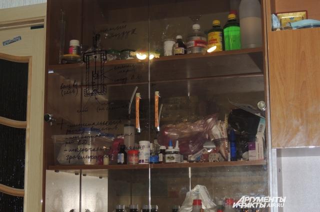 Записи и схемы даже на стекле стенного шкафа