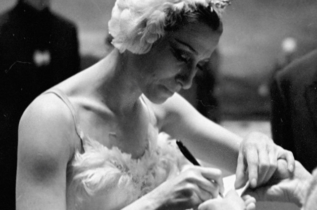 Народная артистка СССР Майя Плисецкая дает автограф в антракте спектакля. 1965 год