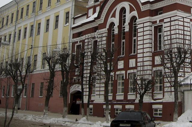 Пока Вятская православная гимназия и школа №22 пока еще делят здание.