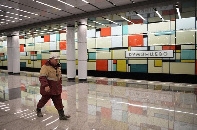Рабочий на станции «Румянцево» Сокольнической линии Московского метрополитена в преддверии ее открытия.