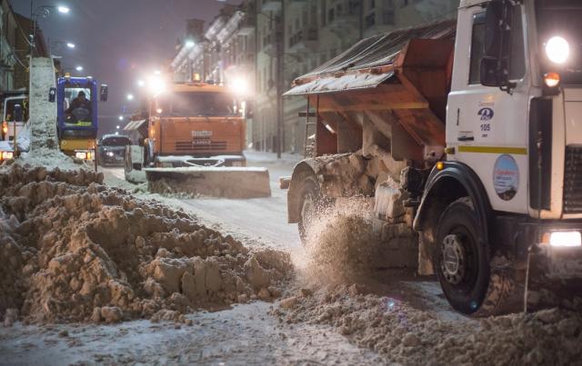 В декабре смоляне не могли дождаться снега, а в январе его выпало так много, что коммунальные службы едва справляются с уборкой.