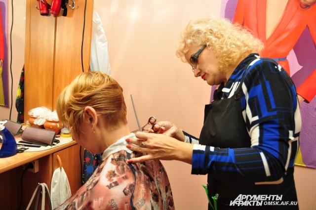 Профессия парикмахера тяжела: всегда на ногах.