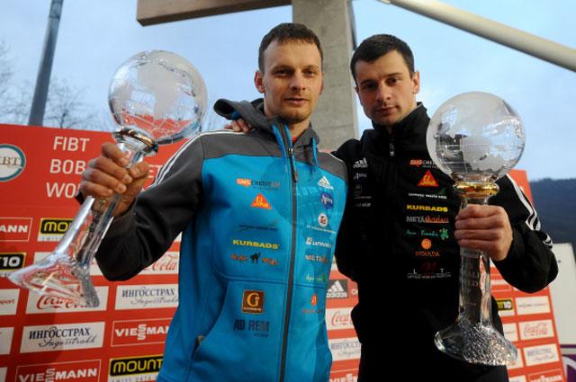 Победители Кубка мира по скелетону Томасс Дукурс (2 место) и Мартинс Дукурс (1 место) на церемонии награждения
