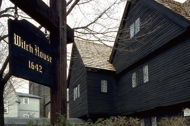 «Ведьмин дом» в Салеме построен не позднее 1642 года. Здесь жил судья Корвин, отправивший на эшафот 19 ведьм.