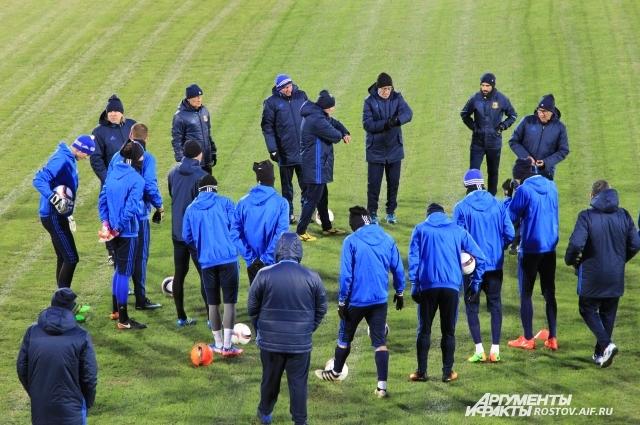 Курбан Бердыев даёт наставления футболистам.