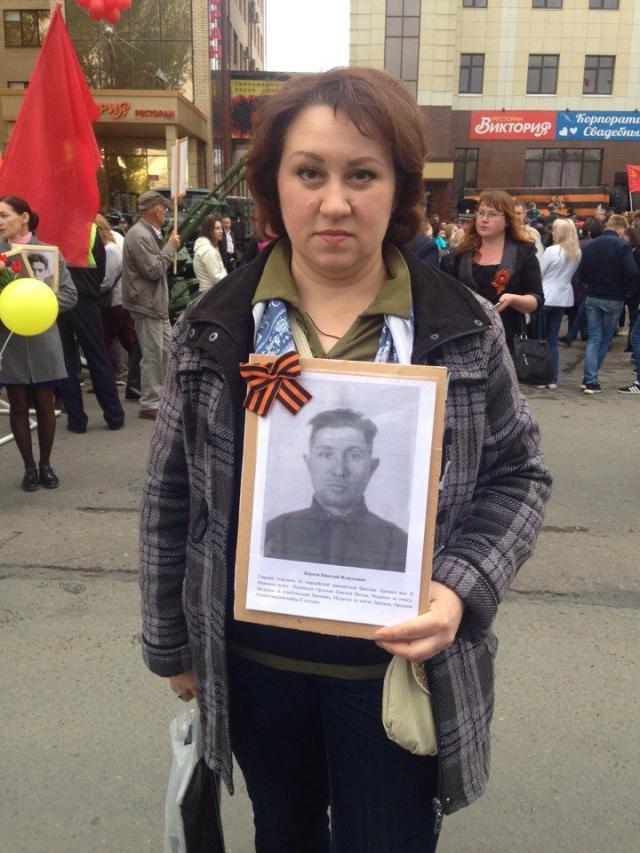 Галина Примакова держит в руках портрет Николая Карпова.