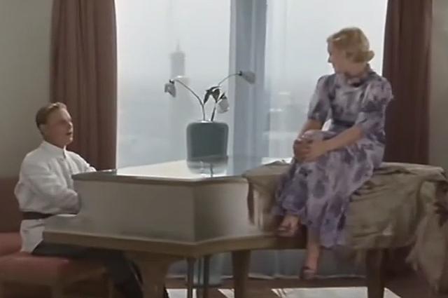 Герои фильма музицируют в гостиничном номере «Москвы».