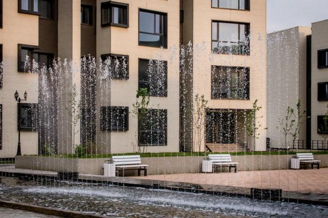 Во дворе комплекса работает фонтан.