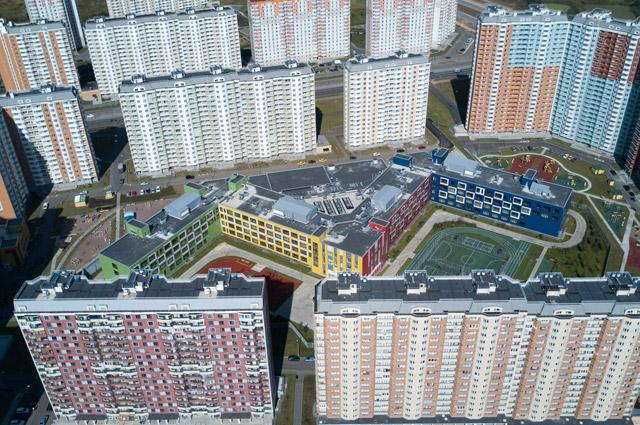 В Москве открылась одна из самых больших школ в стране (на фото её вид сверху). Школьное здание площадью 30 тыс. кв. м, представляющее собой гигантскую букву «М», построенное в столичном районе Некрасовка, приняло 2 100 учеников. Ещё одна школа-гигант открылась в Челябинске. Размер здания - 33 тыс. кв. м. В ней действуют сразу 17 первых классов. Из-за такой массовости 1 сентября для первоклассников проводилось три линейки подряд. А в Тюмени в новую школу в микрорайоне Восточном пришло 909 первоклашек. Тут сформировали рекордные 27 первых классов - буквально от «А» до «Я». Школы площадью в 20 с лишним тыс. кв. м открылись также в Набережных Челнах и Ростове-на-Дону.
