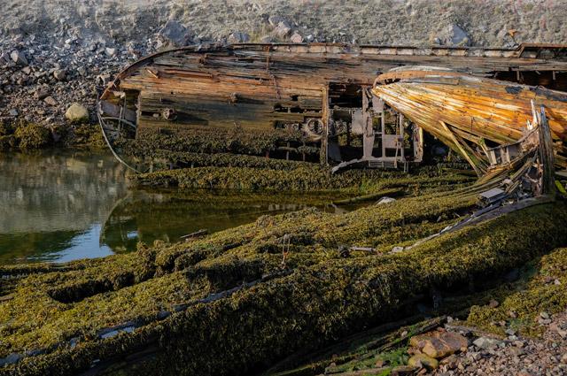Старое деревянное судно на кладбище кораблей у поселка Териберка на Кольском полуострове.