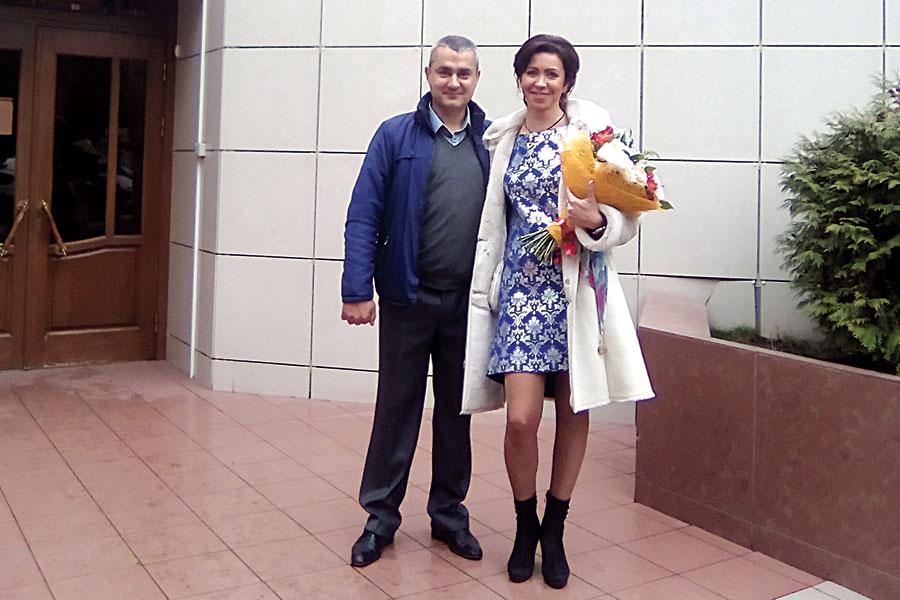 Старший по дому Андрей Чечеков  на днях сыграл свадьбу. На фото  -  вместе с женой Ириной у стен загса.